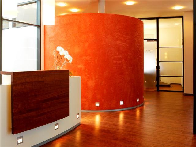 Rundung mit tiefem Rot und feiner Struktur in Szene gesetzt. <br />Wandflächen fein abgestimmt. Hier werden Sie stilvoll empfangen.
