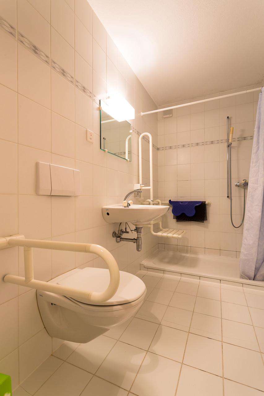 Salle de bain, accessible aux personnes à mobilité réduite