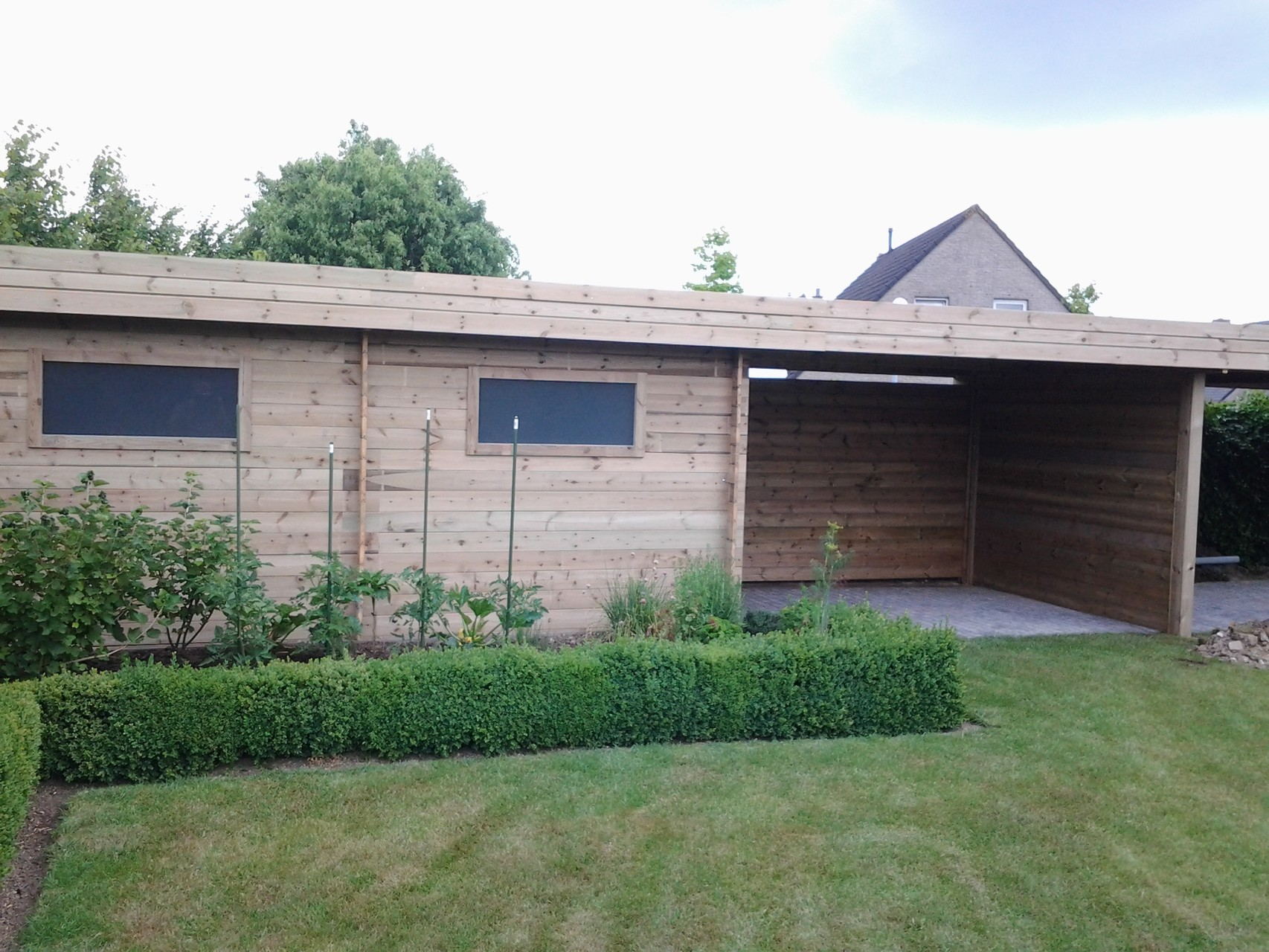 tuinhuis met overdekt terras en carport