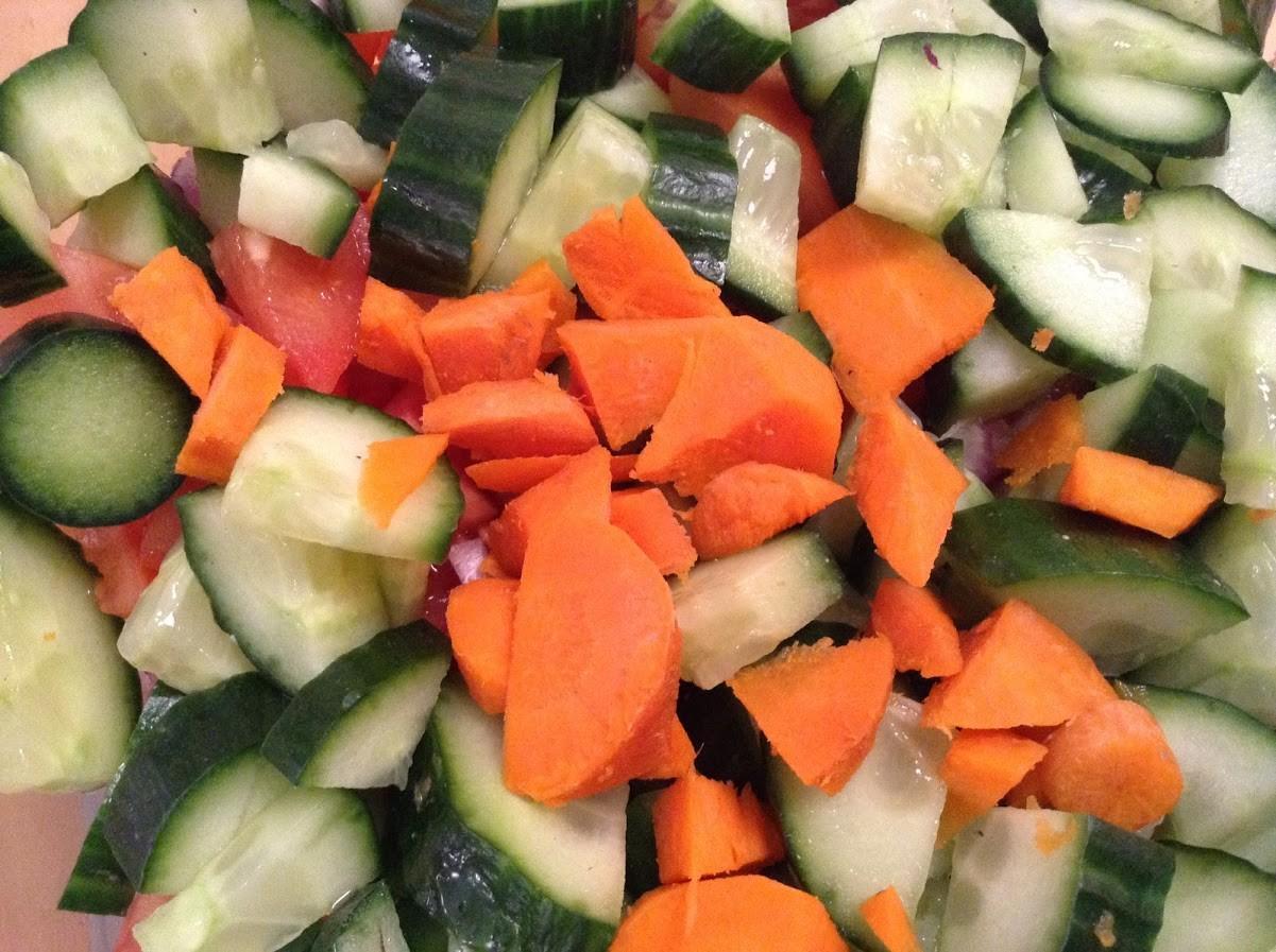 gemeinsam Gemüse für den excellenten Salat schneiden, das macht Spaß