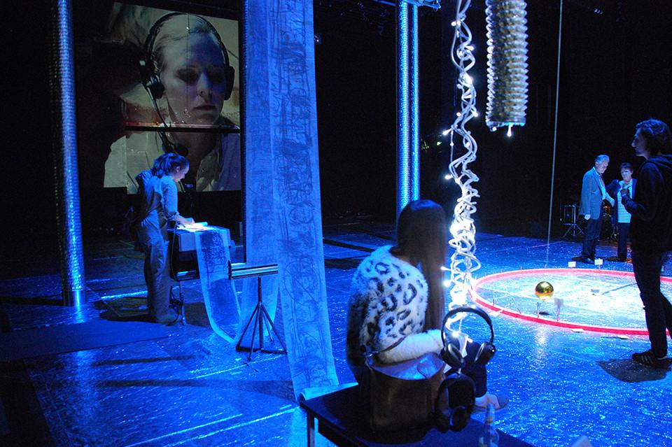 live drawing performance in «Komme der Wahrheit. Wirklichkeitsmaschine», Thalia Theater, 2013, photo by Lani Tran-Duc