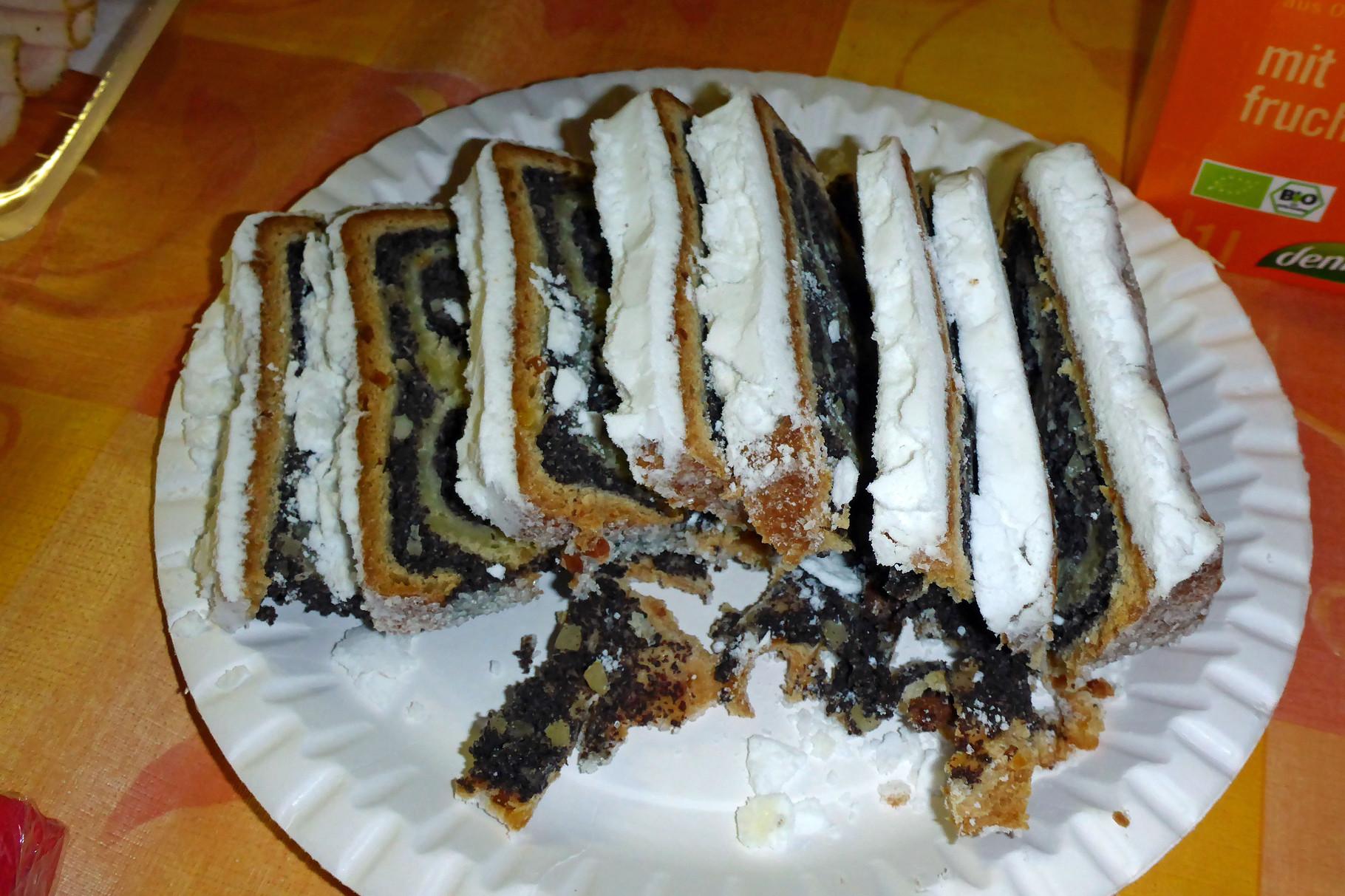 Mmmh! Zum Dessert hat Susanne uns wieder Mohnstollen aus Radebeul mitgebracht.