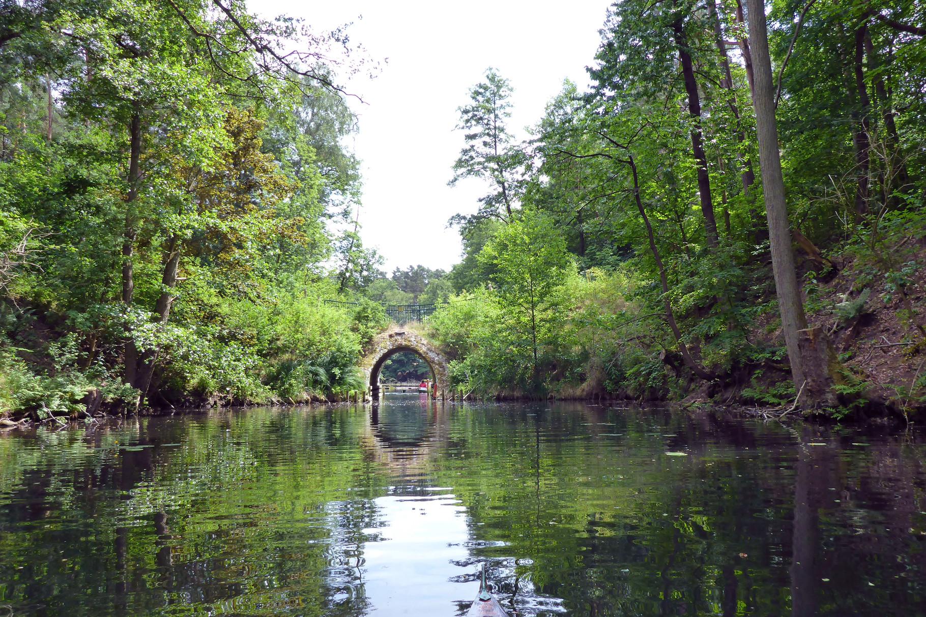Nur durch diese Brücke geht's zum Kiessee.