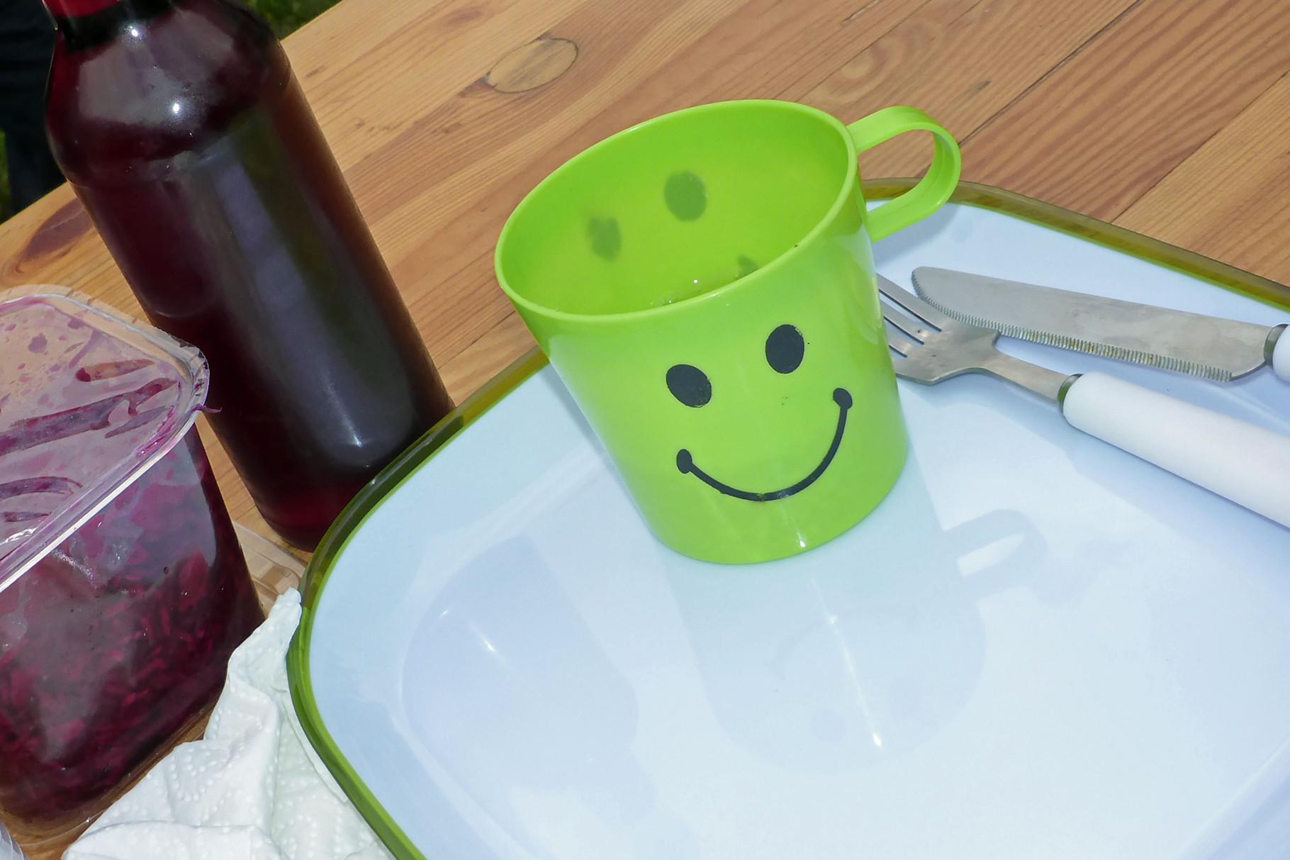 Warten aufs Wild. Ilona schenkt mir einen grün-weißen Teller.