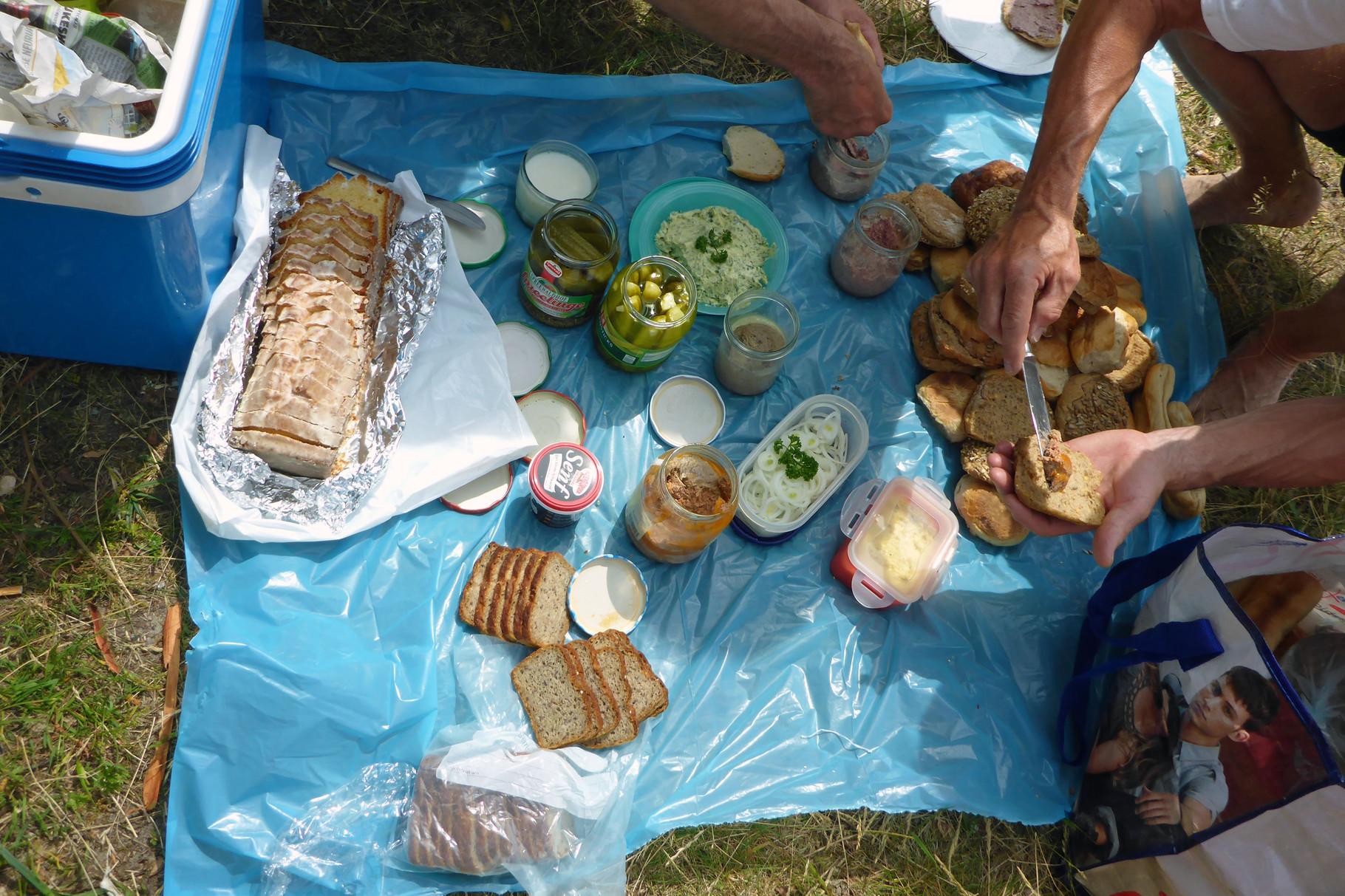 und andere Köstlichkeiten! Selbst gebackenes Brot, Kräuterbutter und Zitronenkuchen.