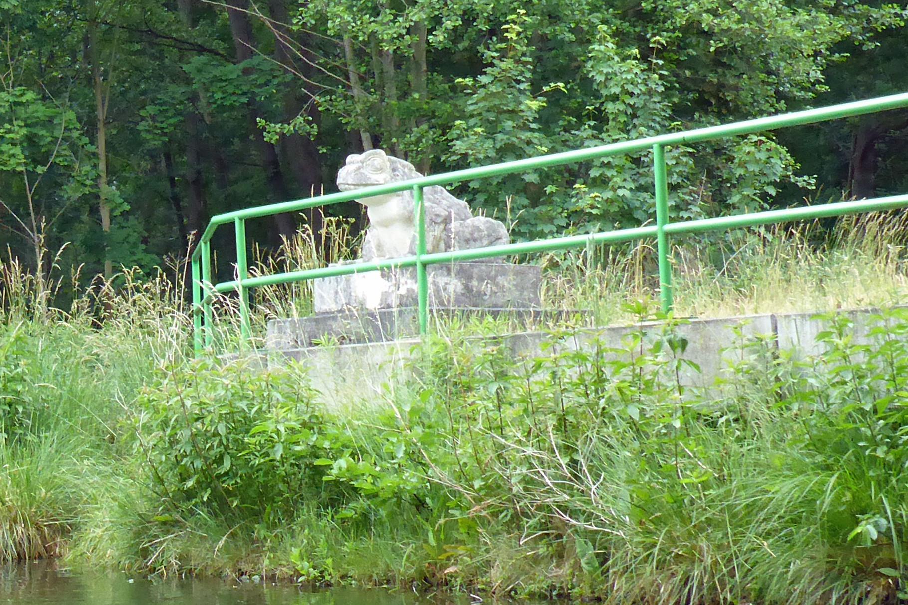 Kröten lauern unter der Brücke.