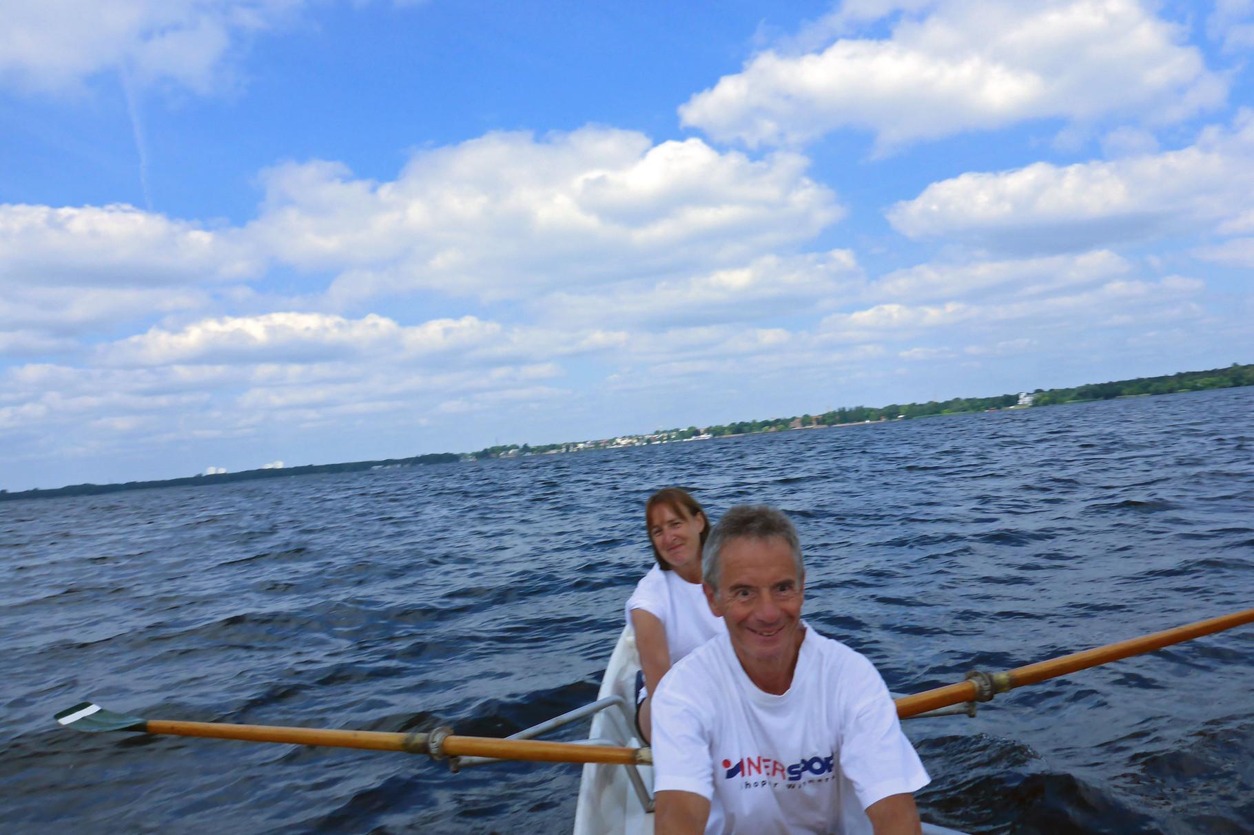 Gute Laune an Bord bei leichtem Wind und Wellen.
