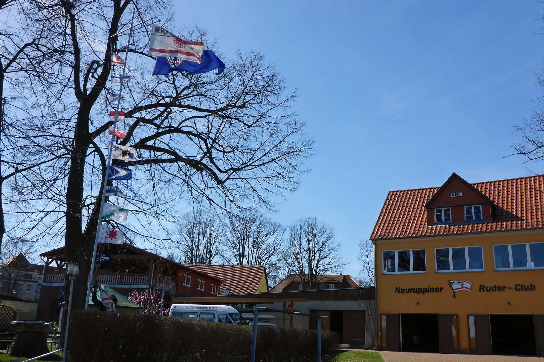 Die Flaggen wehen im Wind.