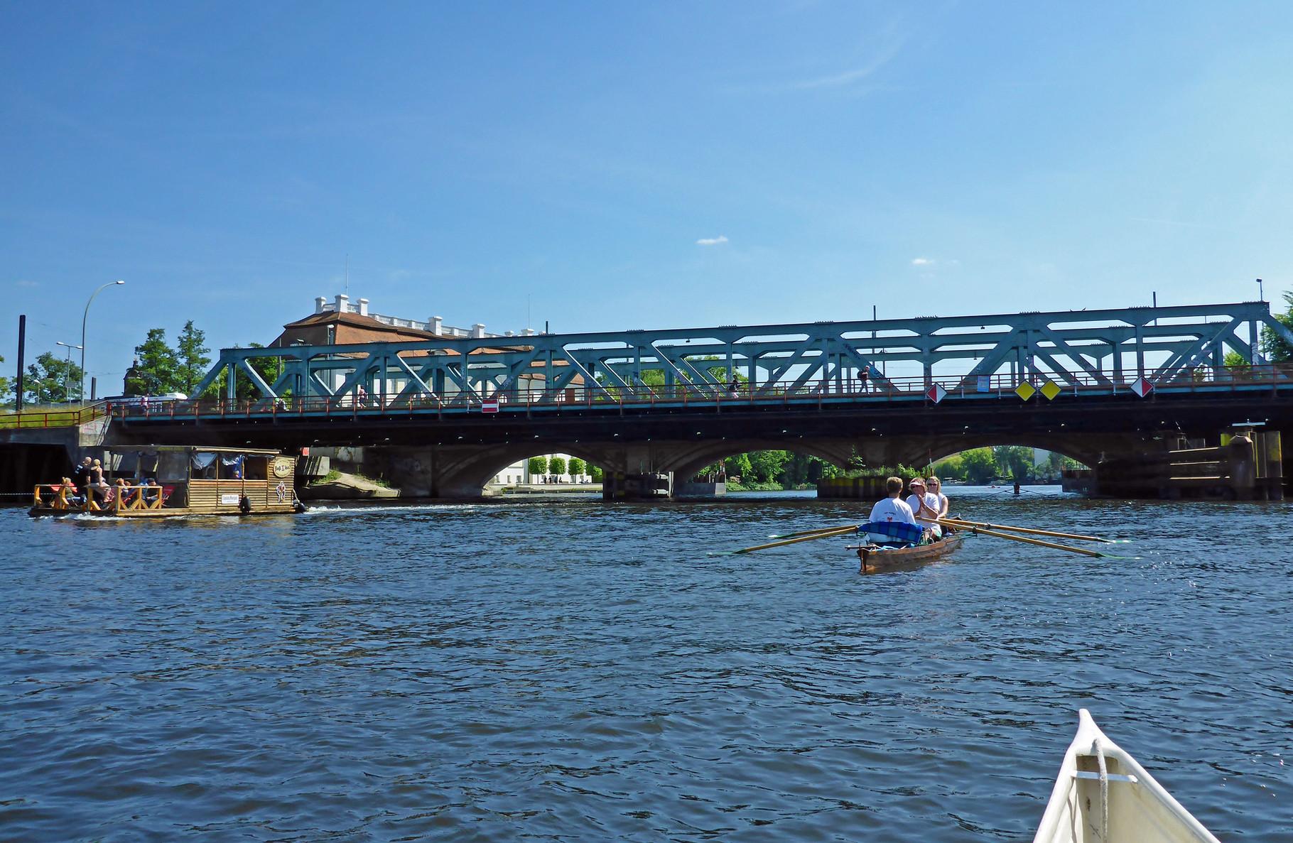 unter der langen Brücke hindurch.