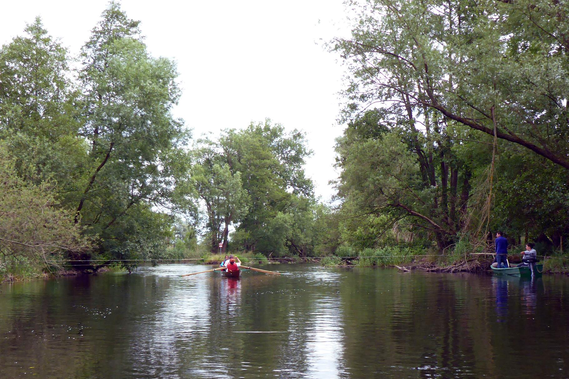 Um die Ecke entgehen wir knapp einem Mordversuch mit Stahlseilen über dem Fluss!