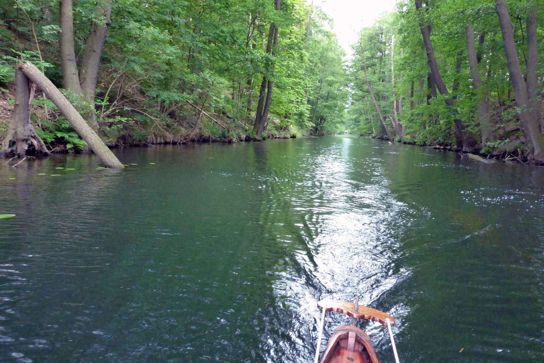 durch den schmalen Kanal ...