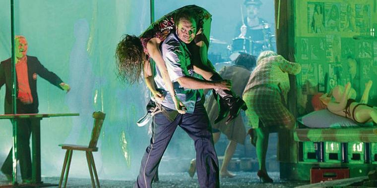 Vom Publikum und der Presse gleichermaßen geliebt - Charlie Hübner als Fritz Honka im Schauspielhaus Hamburg.