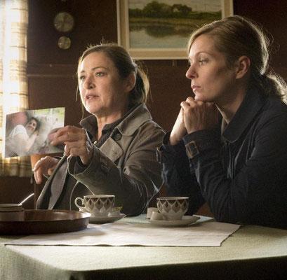 Lisa Martinek † als Clara Hertz (rechts) mit Charlotte Schwab (Marion Ahrens).