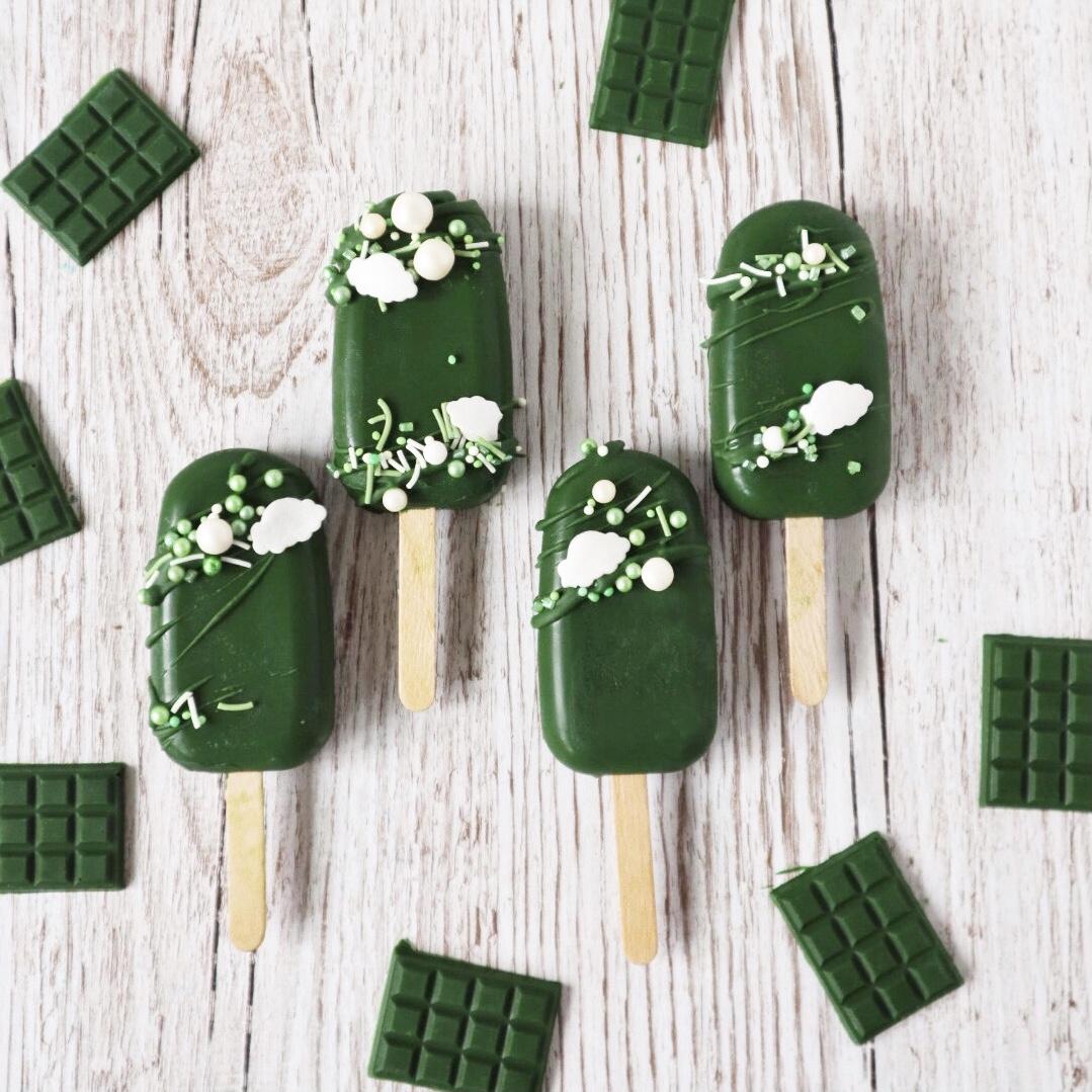 Grüne Cakesicles mit Streuseln