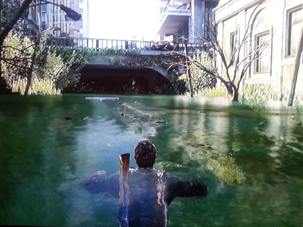 Joel schwimmt..