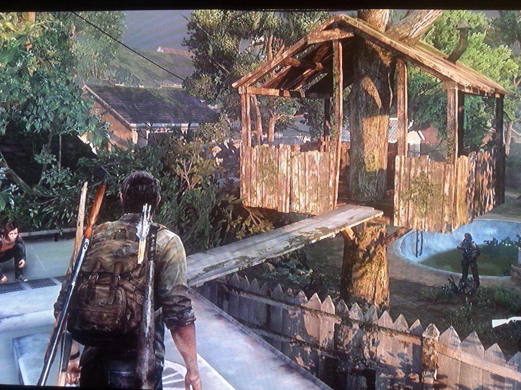 Baumhaus mit bereitliegendem Weg