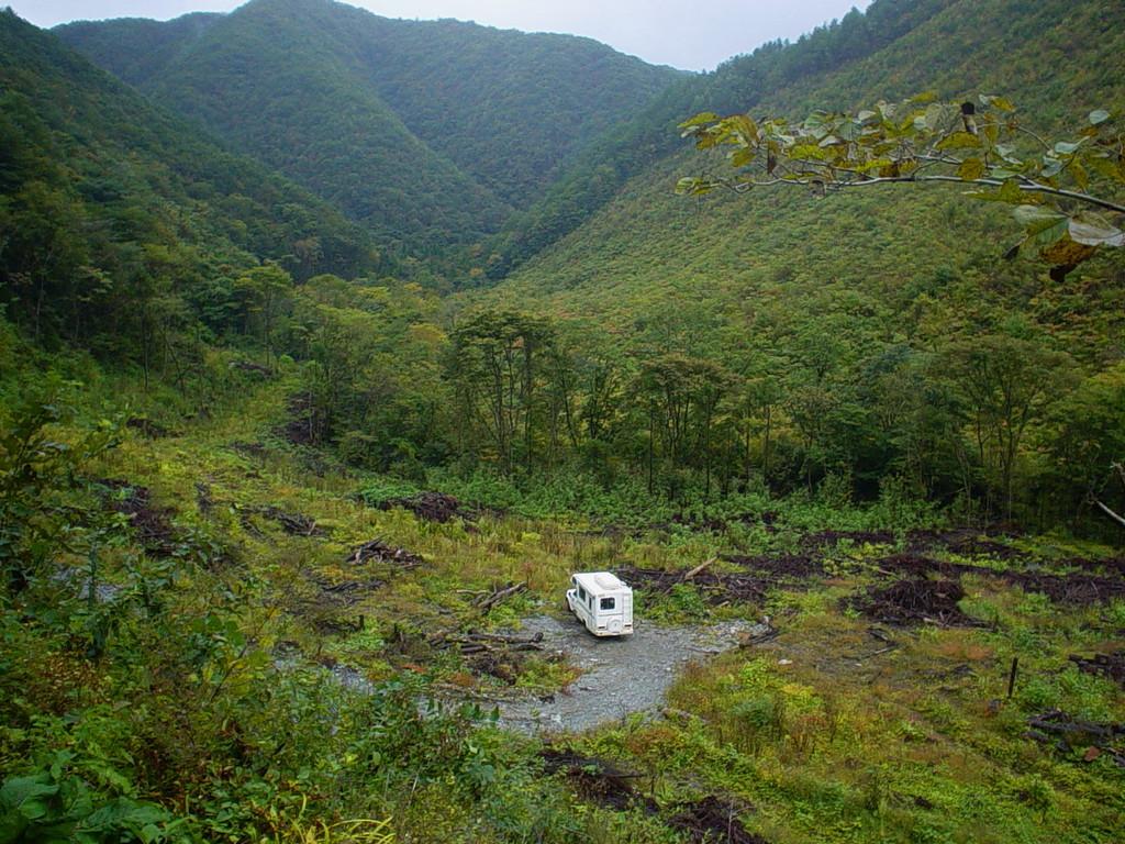 谷間にてキャンプ