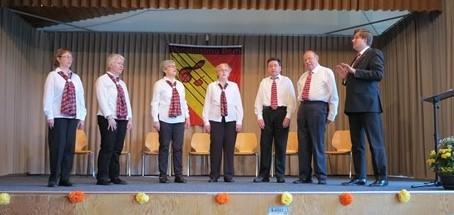In klassischer Chortracht auf der Bühne von links nach rechts: Monika Büttiker, Irene Frei, Therese Scheidegger, Lisbeth Käser, Martin Zingre, Hans-Ueli Willi und Manfred Zimmermann