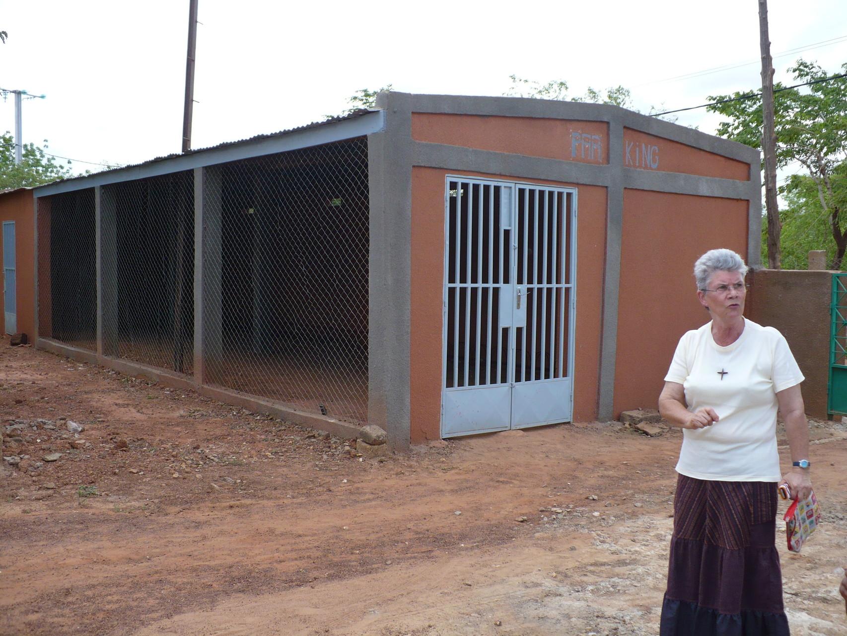 Garage à vélos financé par Adéga au dispensaire de Koubri