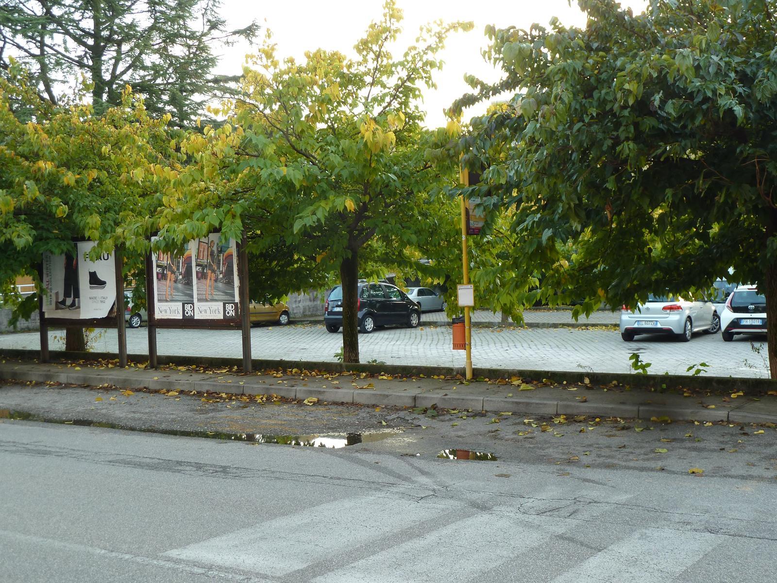 Fermata autobus fronte ufficio