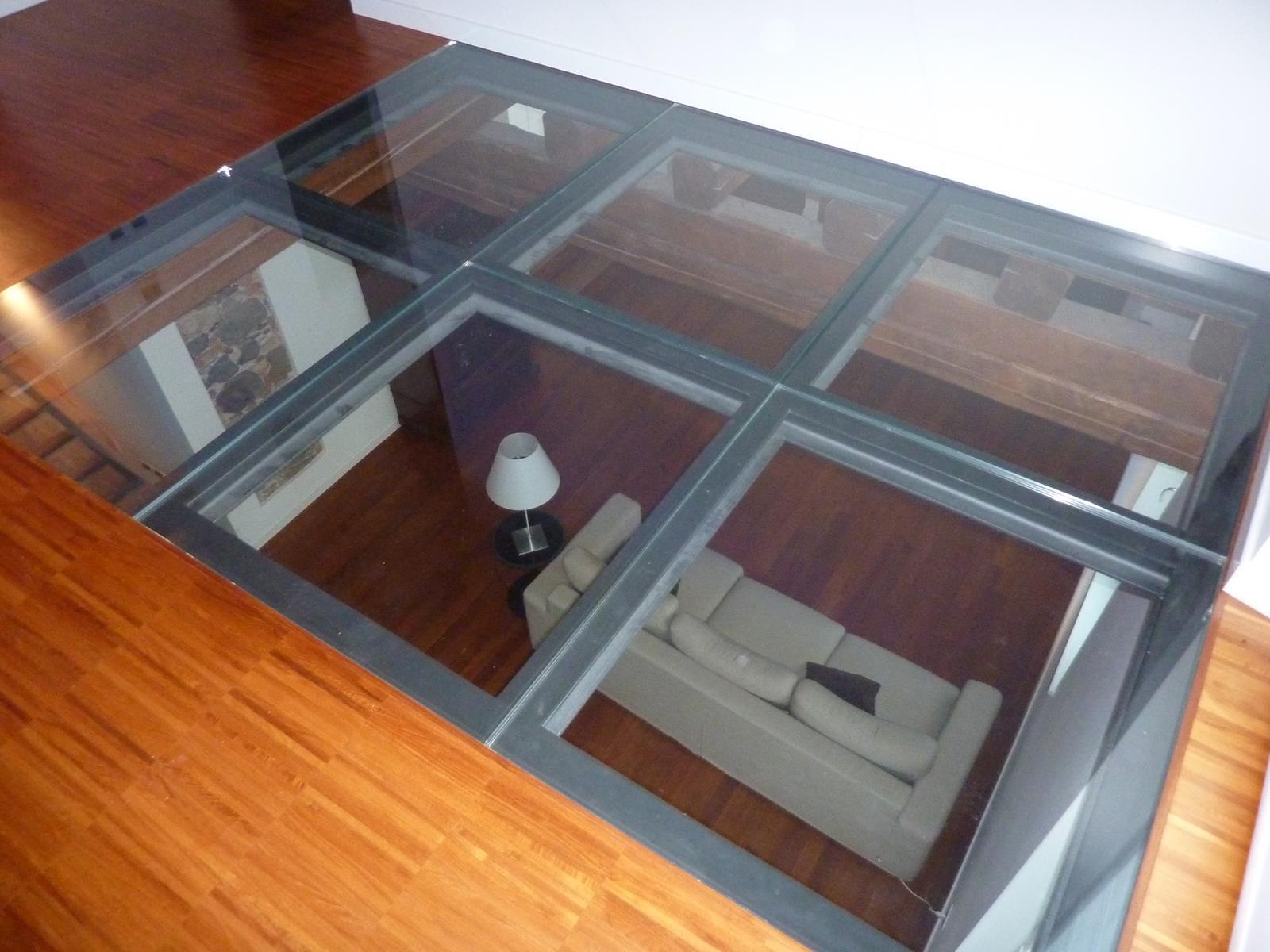 Particolare pavimento in vetro camera