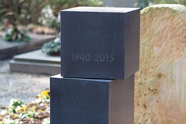 Grabstein aus schwarzem Basalt aus einem Stück gefertigt.