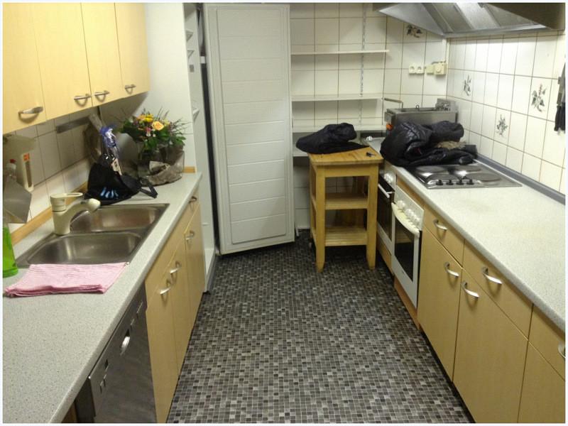 Die Küche glänzt mit neuem Bodenbelag.