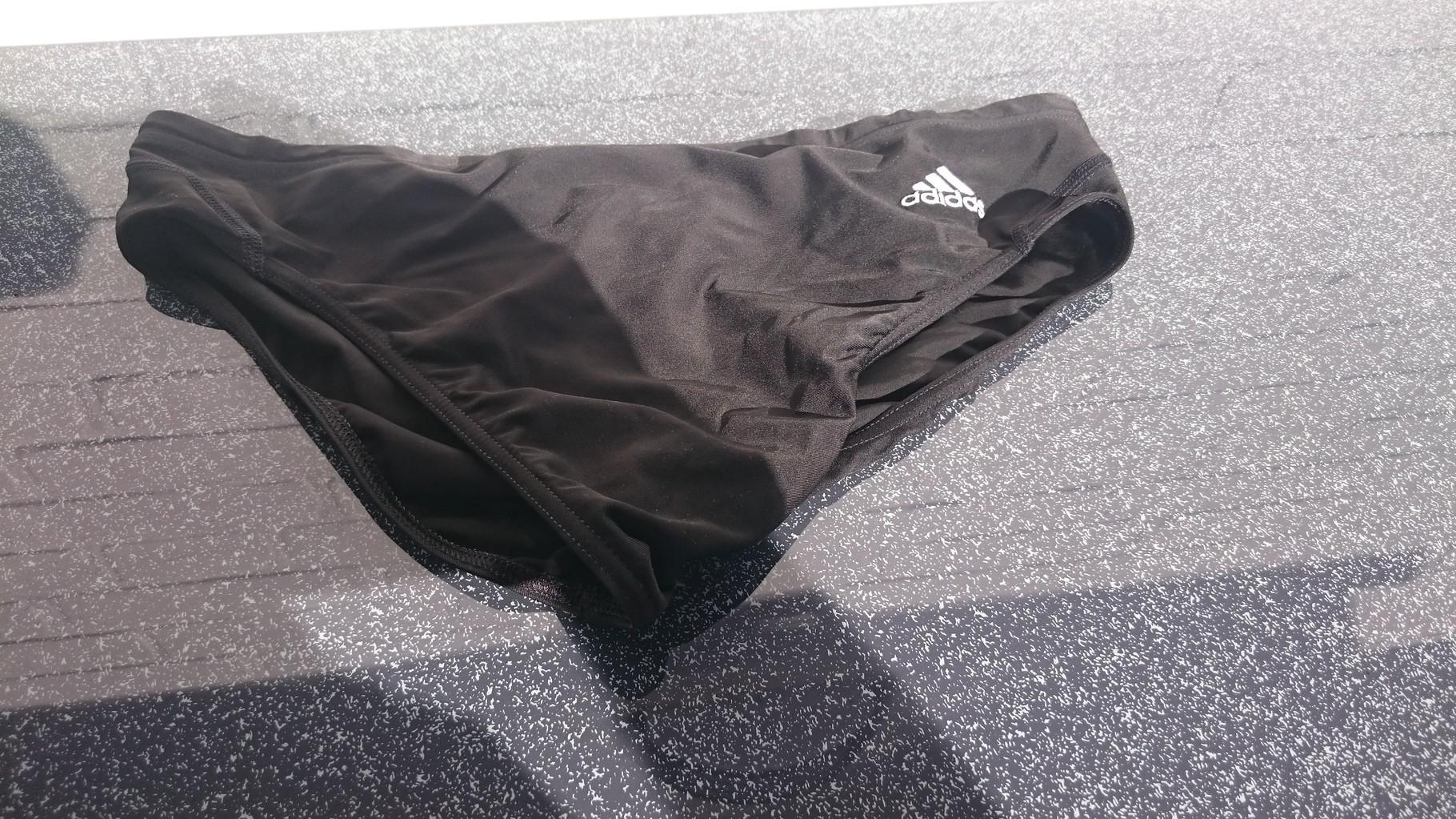 Eine Unterhose von adidas.