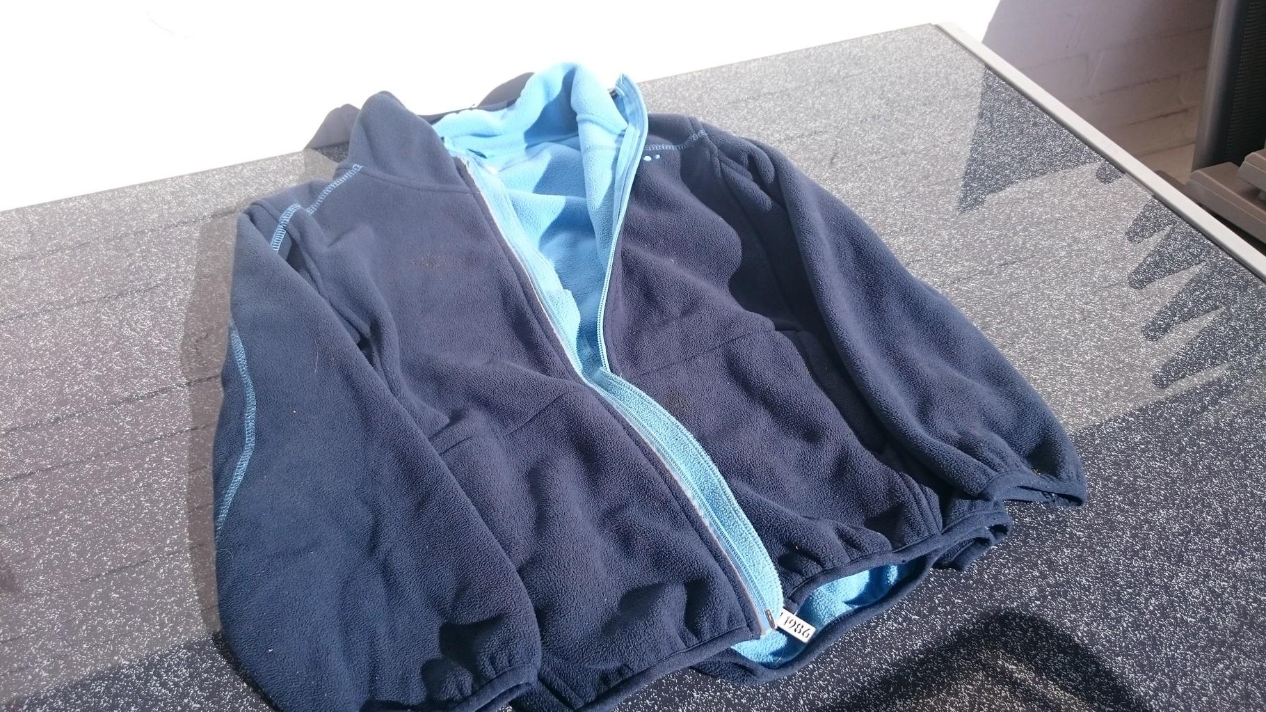 Eine Jacke in blau für Jugendliche