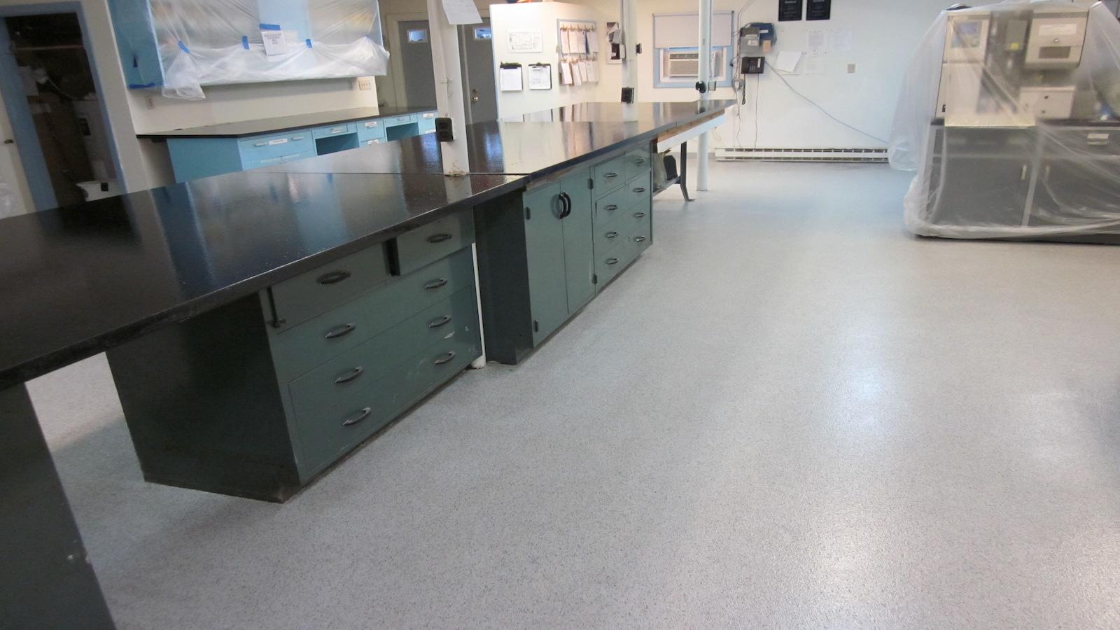 Pintar suelos para naves de centros de investigación
