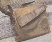 Jacke, Hemd und Gürtel werden zur Laptop-Tasche.