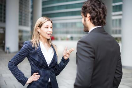 Kontakte knüpfen, Beziehungen aufbauen. Beides verläuft über Small Talk. Auch unwichtig erscheinende Gespräche können Türen öffnen. Lernen Sie, beruflich (z.B. auf Messen) oder privat (z.B. Flirt) wertvolle Chancen positiv zu nutzen. Unser Coaching hilft