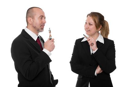 Rauchen ist nicht nur ungesund, sondern immer mehr out. E-Zigaretten bzw. E-Dampfen ist eine echte Alternative und die perfekte Form der Raucherentwöhnung. Umstieg mit E-Zigarette