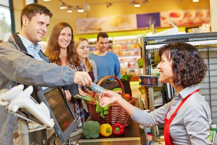 Schluss mit Horror! Kasse kann tatsächlich Spaß machen - bezahlen, wiederkommen und mehr kaufen auch! Das Verkäufer-Verhalten an der Kasse ist relevanter als angenommen! Insbesondere Körpersprache ist wichtig. Kompetenzen, Personality und Umsatz steigern!