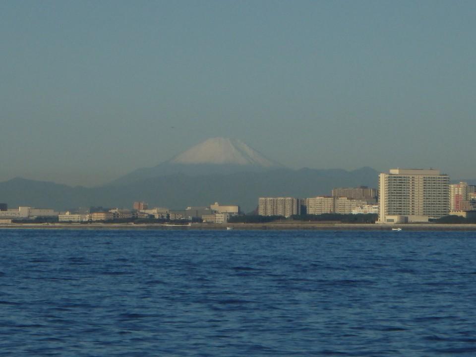 今年初めて白い帽子を被った富士山