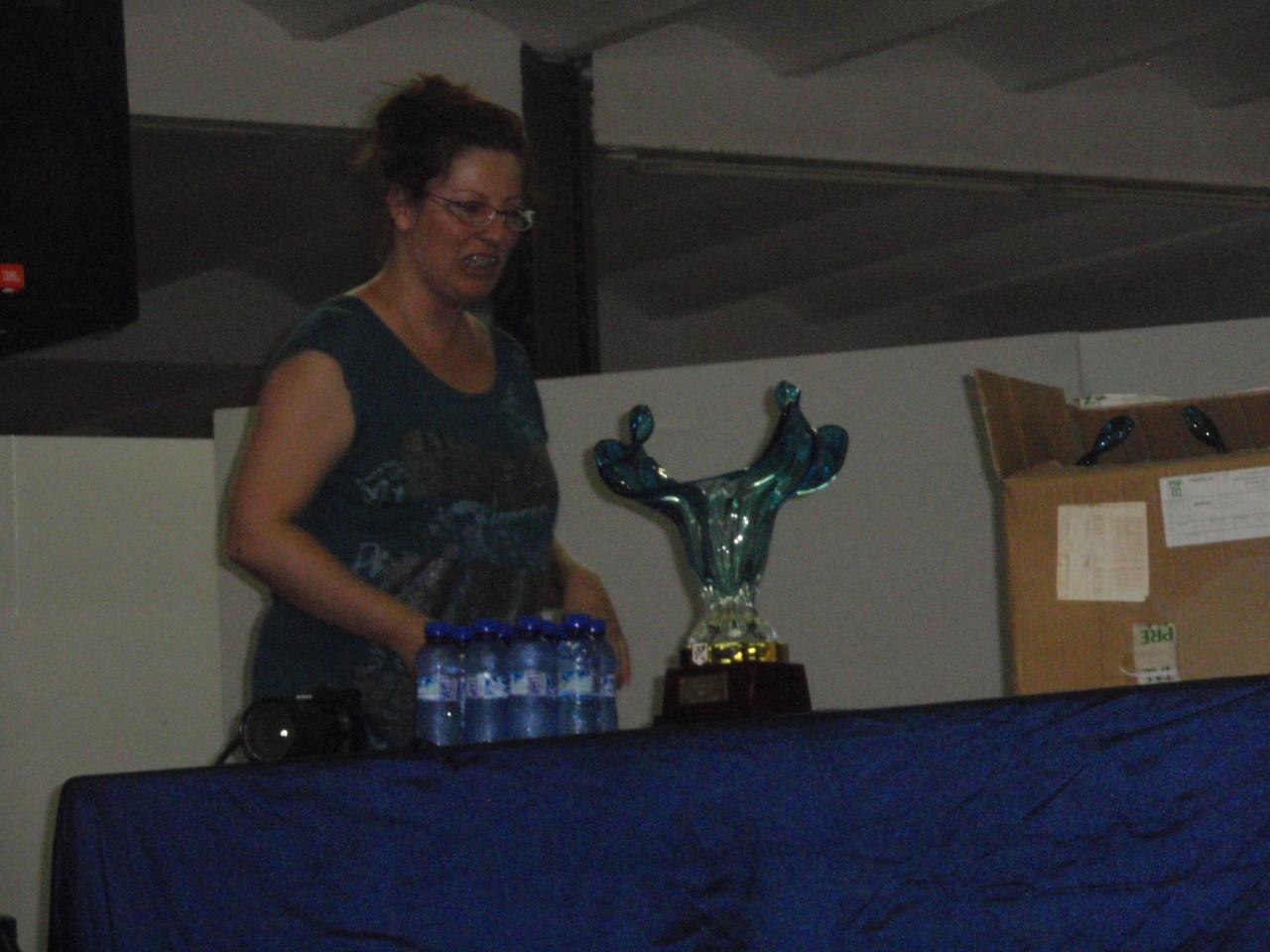 Helen,con los trofeos de los finalistas
