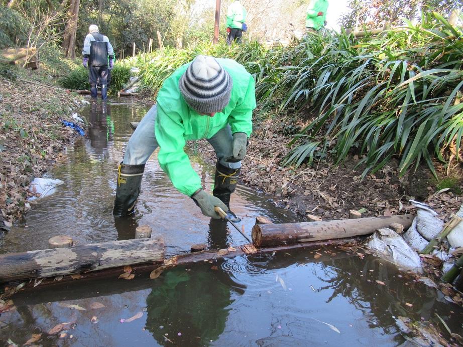 堰の改修、流れを良くします