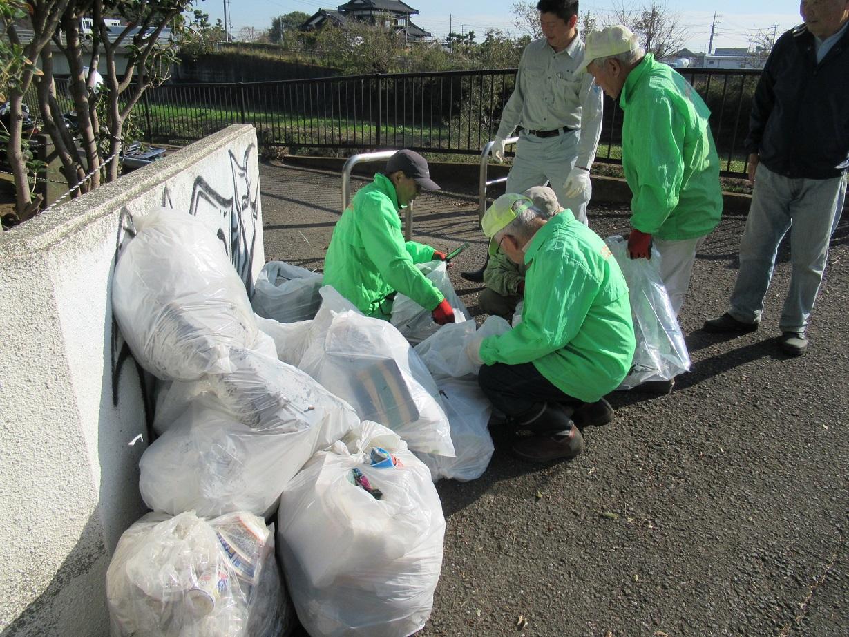 収集したゴミと分別作業