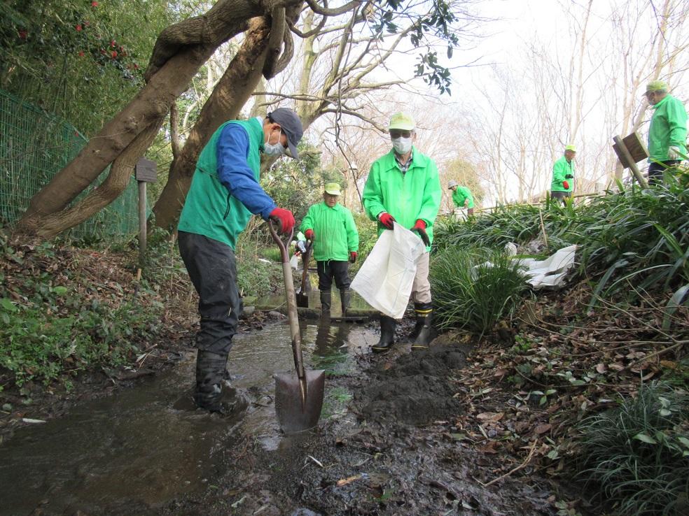 作業中 水路の土砂掘り出しと土嚢作り