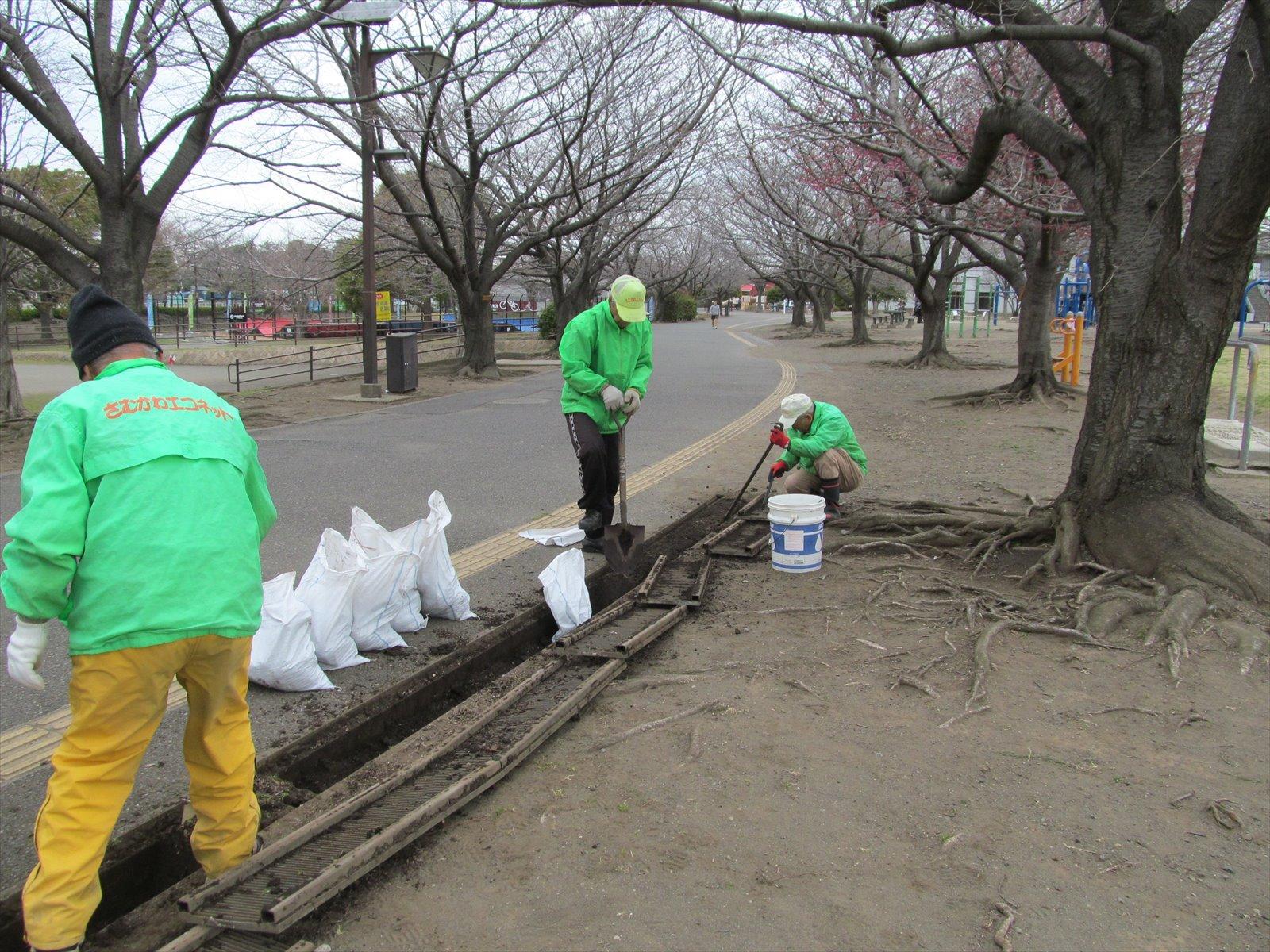 側溝土砂の除去作業中