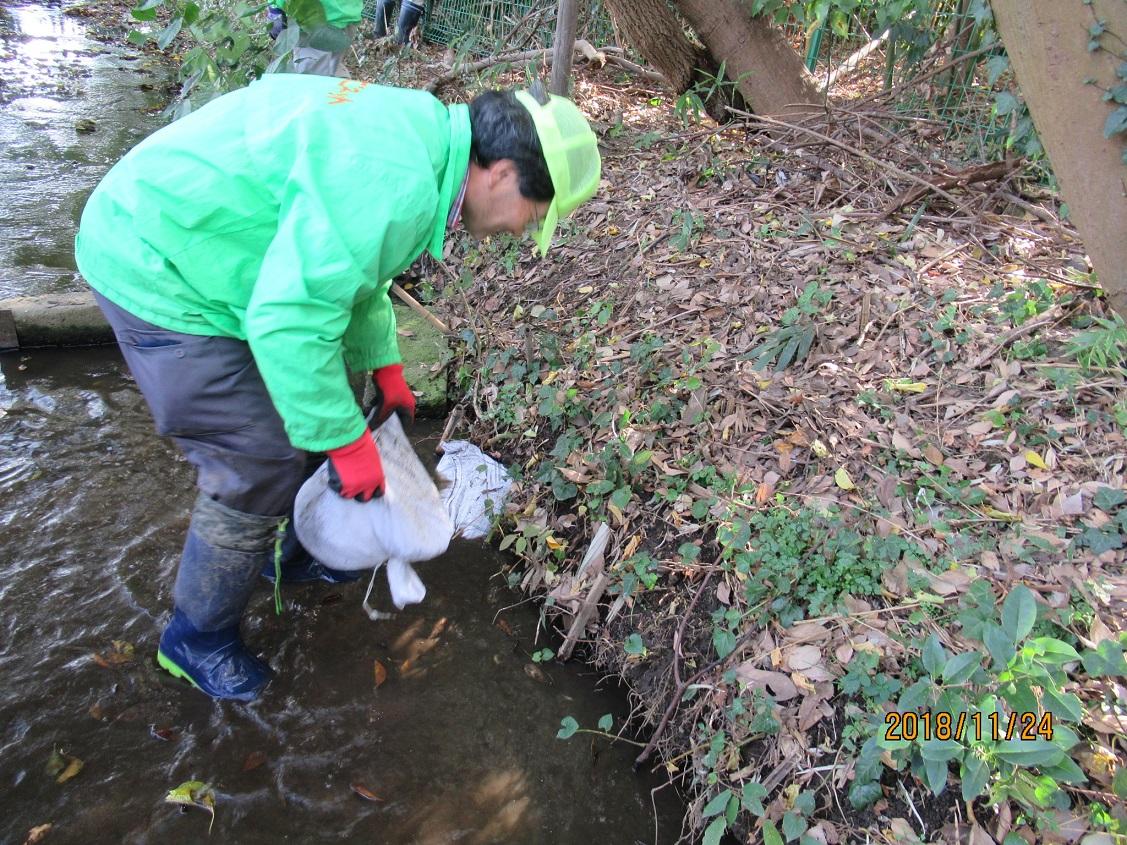 土嚢による水路の補修