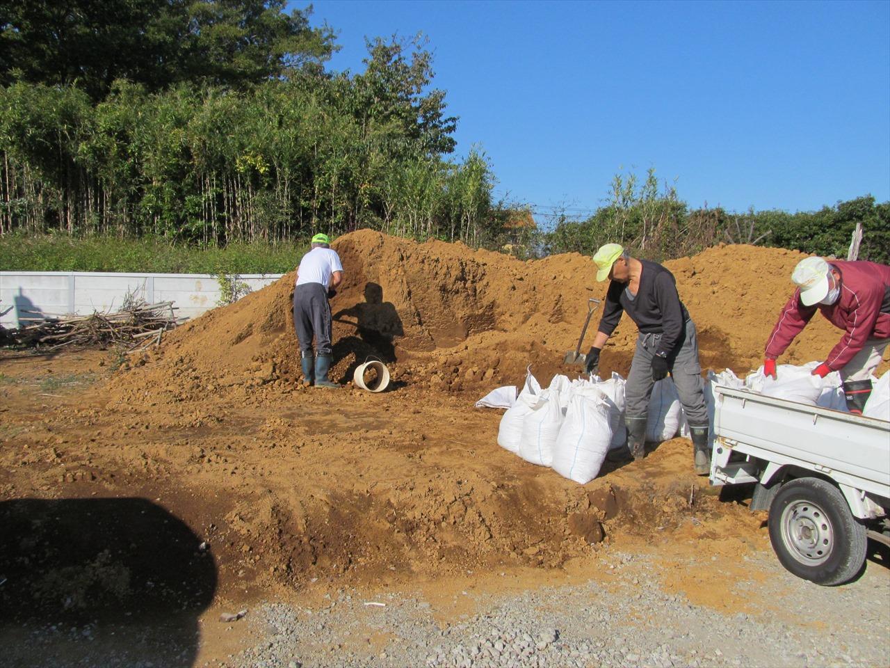 土運搬用土嚢のトラックへの積み込み