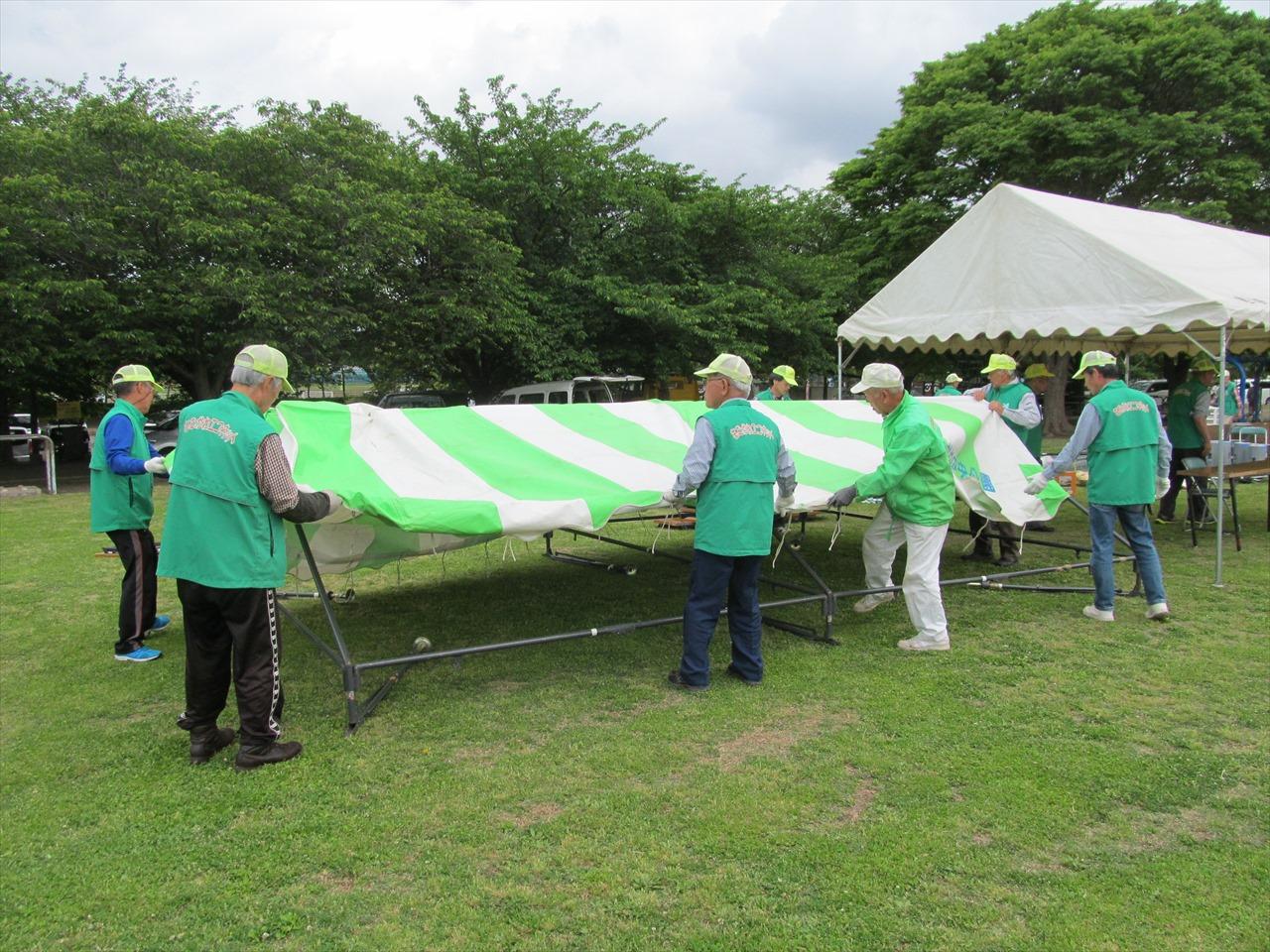テント設営中(開会前の準備)