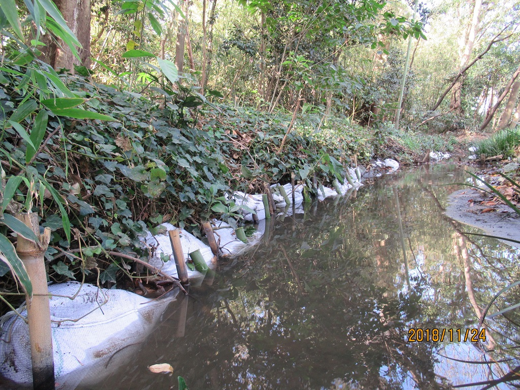 土嚢による水路の補修 水流による水際の土手のえぐれを補修