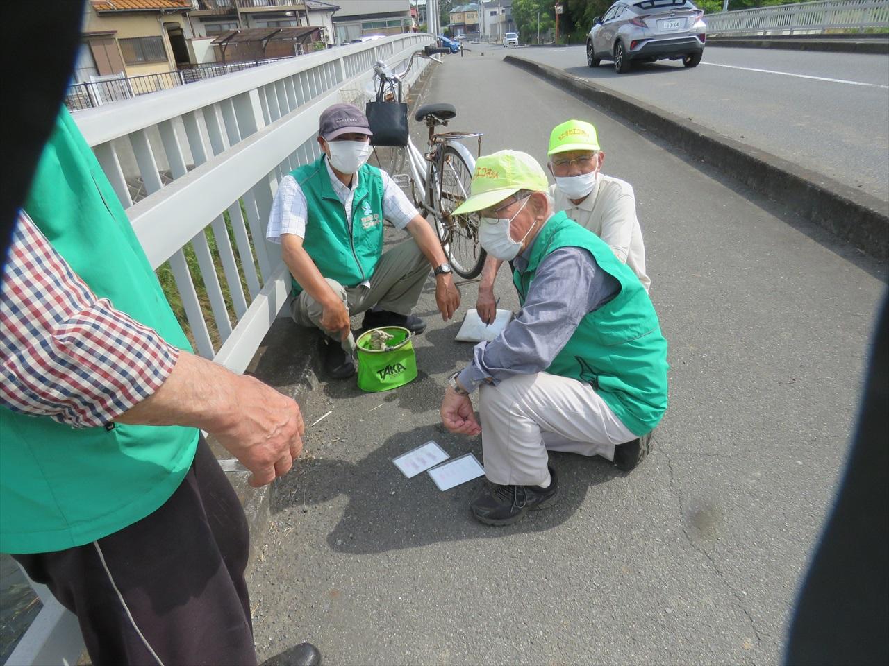途中で川の水質調査チームに会いました_目久尻川