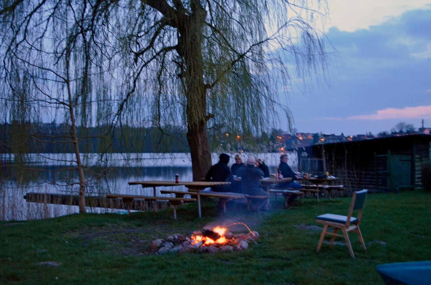 Am gemütlichen Lagerfeuer klingt der Abend aus.