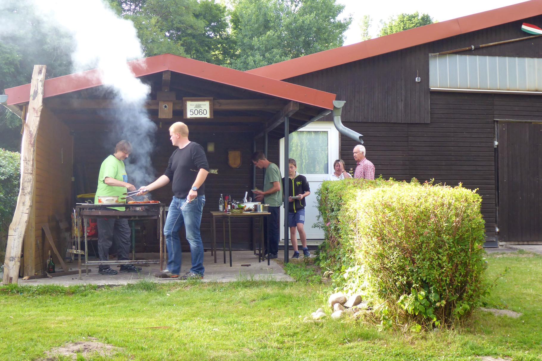 Ingolf und Pips am Grill.