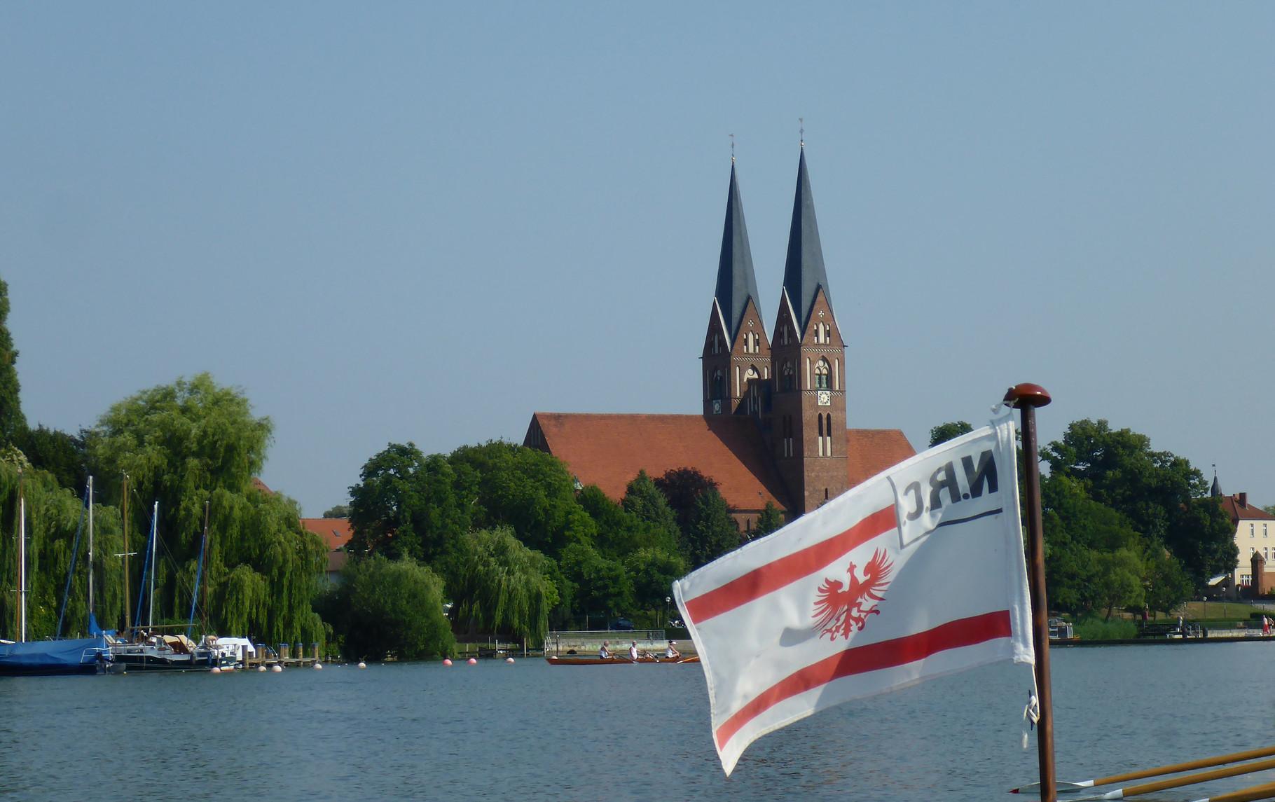 NRC Flagge und Klosterkirche.