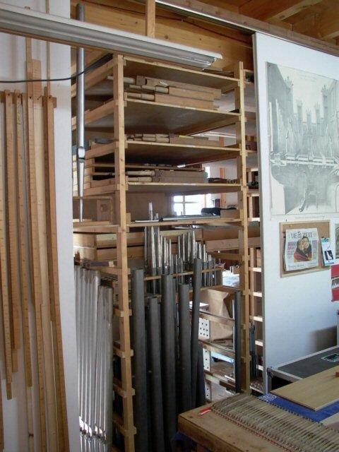 Die neuen und alten Pfeifen werden hier gelagert, bevor sie in die Orgel eingebaut werden können.  Nun geht es eine Etage tiefer...