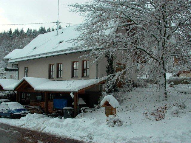Der Rundgang beginnt vor der Werkstatt in Siegen-Breitenbach.  Das 1985 gebaute Werkstattgebäude zeigt sich sowohl im Winter...